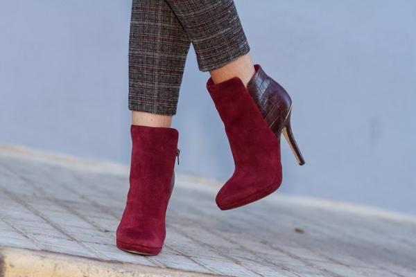 Cómo combinar botines granates. Femenino, elegante y perfecto para la época de frío. Así es el color granate, también conocido como burdeos, uno de los tonos más de moda durante el otoño y el invierno. Es un color con personalidad y...
