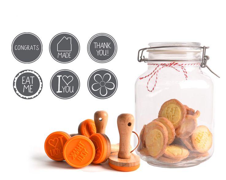 Cookie Stamps - with a wooden holder. Personaliseer eenvoudig je zelfgebakken koekjes en maak het bakken nog leuker! Kijk op www.dresz.nl voor de dichtstbijzijnde verkooppunten.
