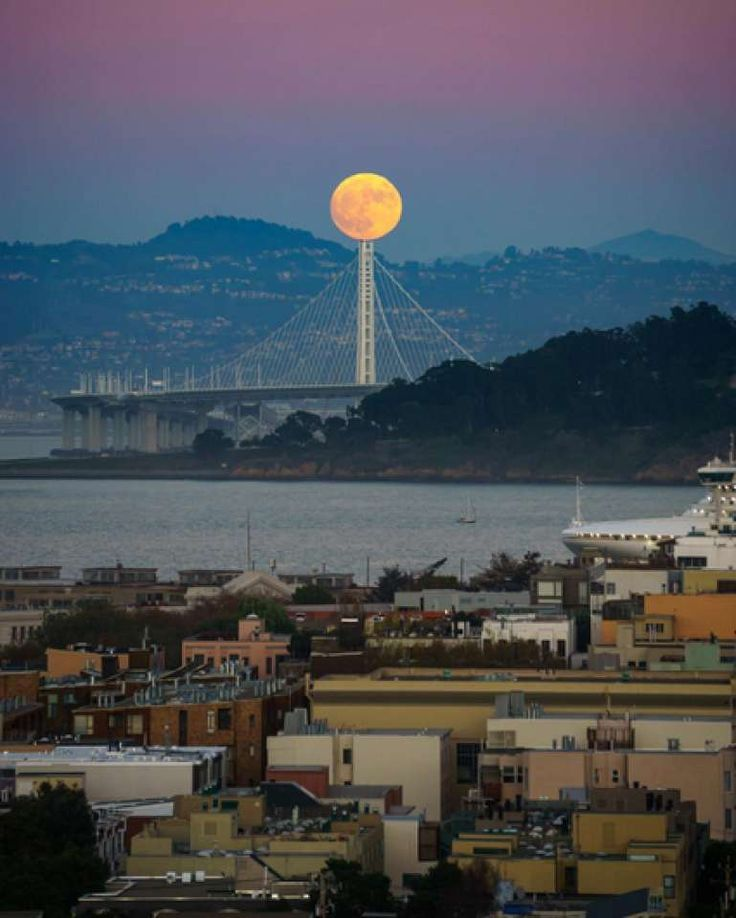 @lucsteven captured the Supermoon rising over the Bay Bridge.