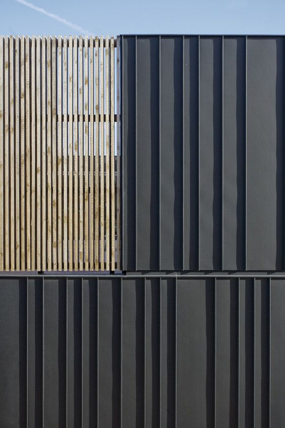 Zinc and timber cladding on a house in Leiden - Pasel Kuenzel Architects