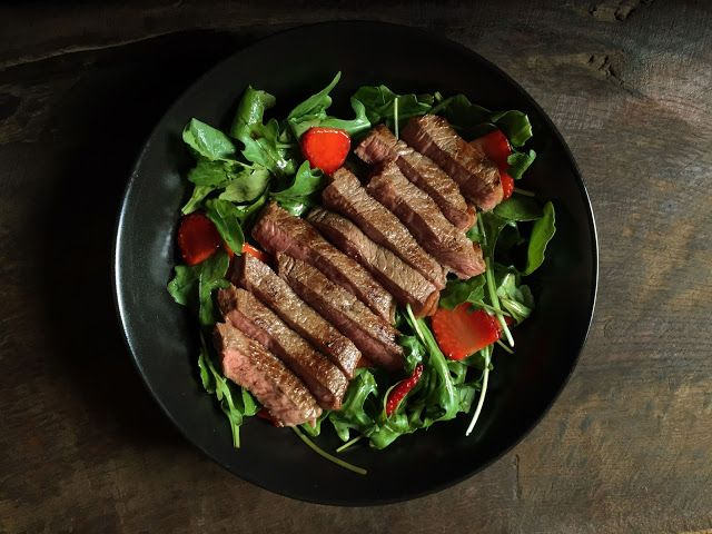 Inglourious Bananas: Arugula and Strawberry Salad with Steak // Insalata di rucola e fragole con bistecca
