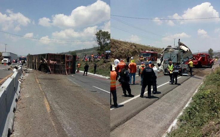 A la altura de Cuto del Porvenir, en el municipio de Tarímbaro, se volcó un camión que transportaba ganado porcino; en el lugar hay graves problemas viales con dirección a ...
