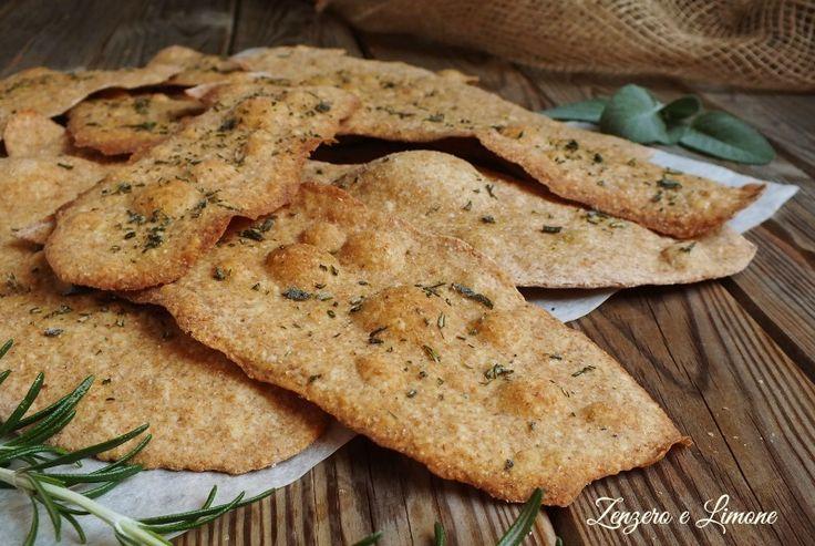 Queste schiacciatine con farina integrale e erbe aromatiche sono saporite, croccanti, perfette come sostituti del pane o come gustoso snack.