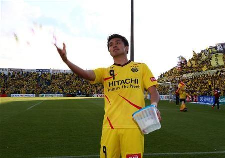 試合後、スタンドにお菓子を投げ入れる柏・工藤=日立柏サッカー場(撮影・吉澤良太)