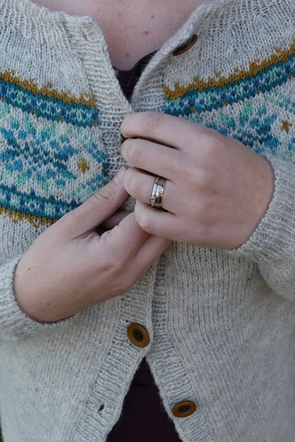 I might have to get this pattern!!-Ravelry: stickanni's Frost cardigan
