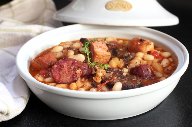 Fabada one of my favorite things to eat in spain, la sabor d Espana totolamente!  I miss this!!!!