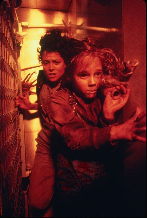Still of Sigourney Weaver and Carrie Henn in Aliens (1986)