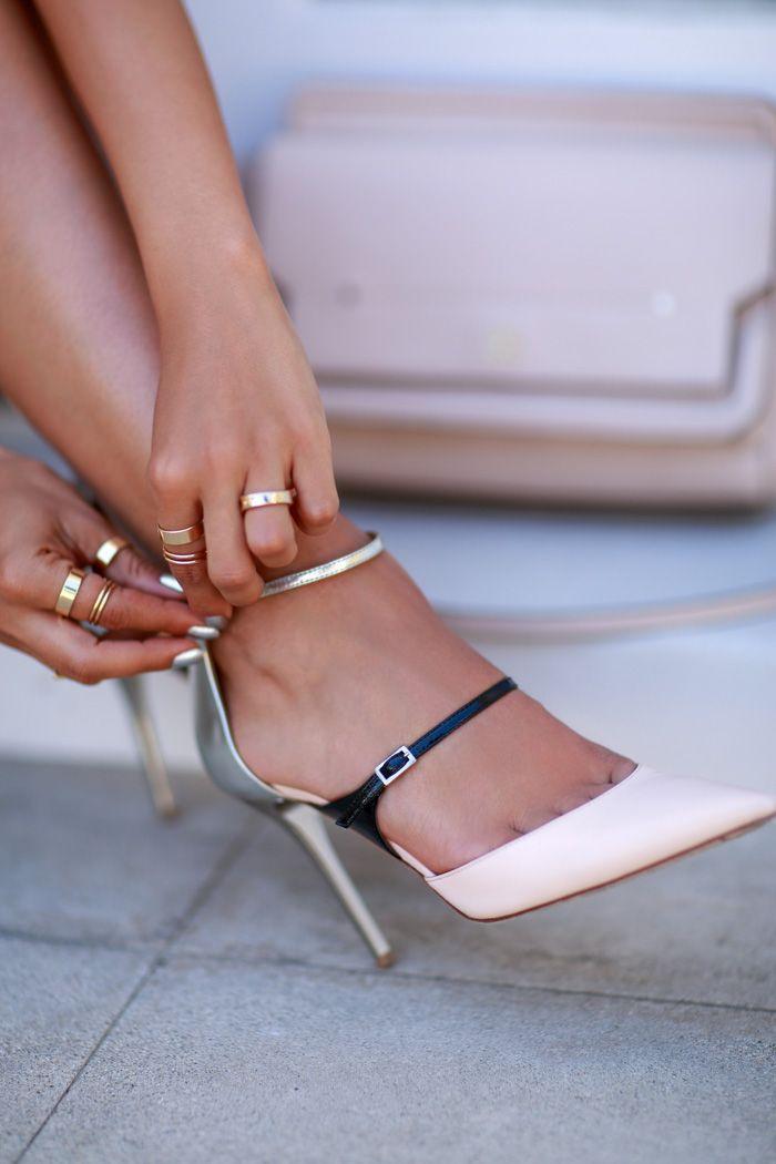 Mooi schoentje, let wel op of je een enkelbandje kunt dragen. Het kan je benen dikker laten lijken.