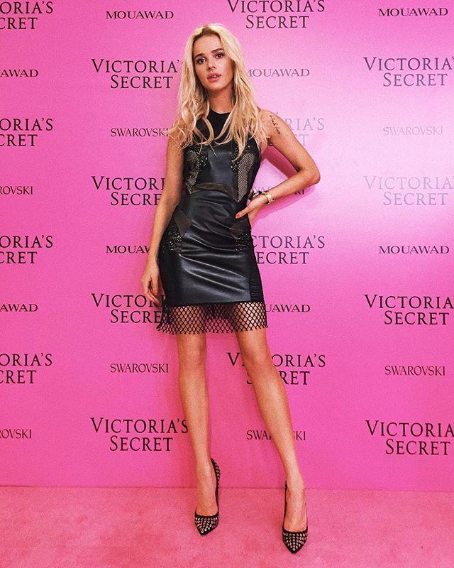 """Instagram media by maffashion_official - My look 4 the @victoriassecret #fashionshow and #afterparty #dress @agnieszkamaciejak #shoes @kazar Thank U! ❤️ #vsfashionshow Podoba Wam się takie mocno kobiece """"aniolkowe""""😈 wydanie? Mała czarna! Szpilki! #littleblackdress @opalizu #pinkcarpet"""