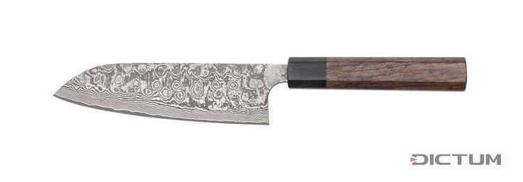 """Der Meisterschmied Katsushige Anryu entstammt einer Messermacherfamilie, in der bereits in vierter Generation hochwertige Küchenmesser gefertigt werden. Für seine Arbeit wurde der Schmied mit dem Titel """"Dento-Kogeishi"""" ausgezeichnet - ein """"Meister des traditionellen Handwerks"""". Die Klinge besteht aus insgesamt 33 Lagen und erzeugt eine ausgeprägte und sehr reizvolle Struktur. Die Schneidlage besteht aus rostfreiem VG-10 Stahl, die Aussenlagen sind zur leichteren Pflege ebe..."""