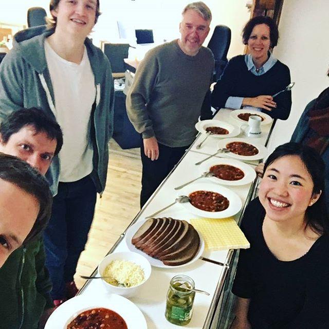 Während draußen #Minusgrade sind machen wir es uns warm in unserer #Agentur - mit einer Runde #Chili con Carne! Wir wünschen frohes Schaffen, die Woche ist auch bald um! #agenturleben #jw_com #marketing #wackerfabrik #bbqsauce #texasinthehouse #derJürgen freut sich.