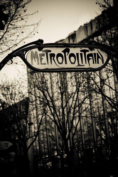 photo noir et blanc : métropolitain Art Nouveau par Hector Guimard. transports parisiens