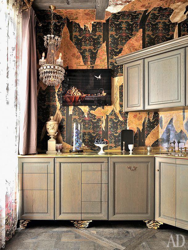 Кухня задумывалась в стиле ампир. Над рабочей поверхностью висит фотография работы Эрвина Олафа. Обои от фабрики Zuber.