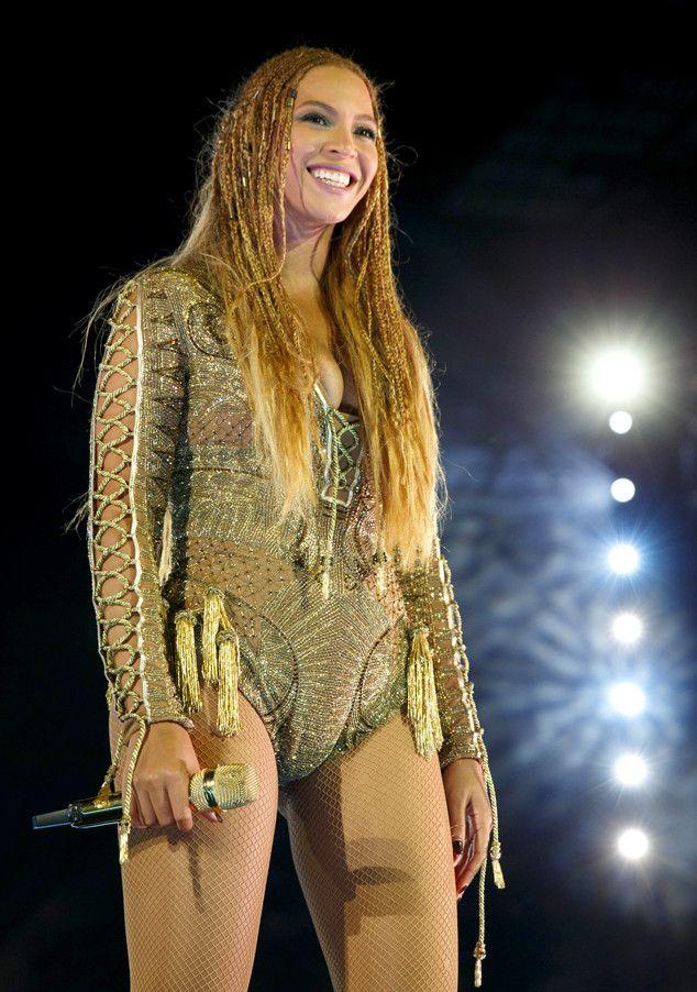 Beyoncé vai desfilar no Carnaval 2017 do Rio de Janeiro  A cantora foi convidada para desfilar pela Unidos da Tijuca no Carnaval 2017 e para nossa alegria a presença de Queen B. foi mais do que confirmada na Sapucaí.A inspiração do desfile será Música na Alma: Inspiração de uma Nação e além de Bey Michael Jackson também será homenageado pela escola. BEYONCÉ