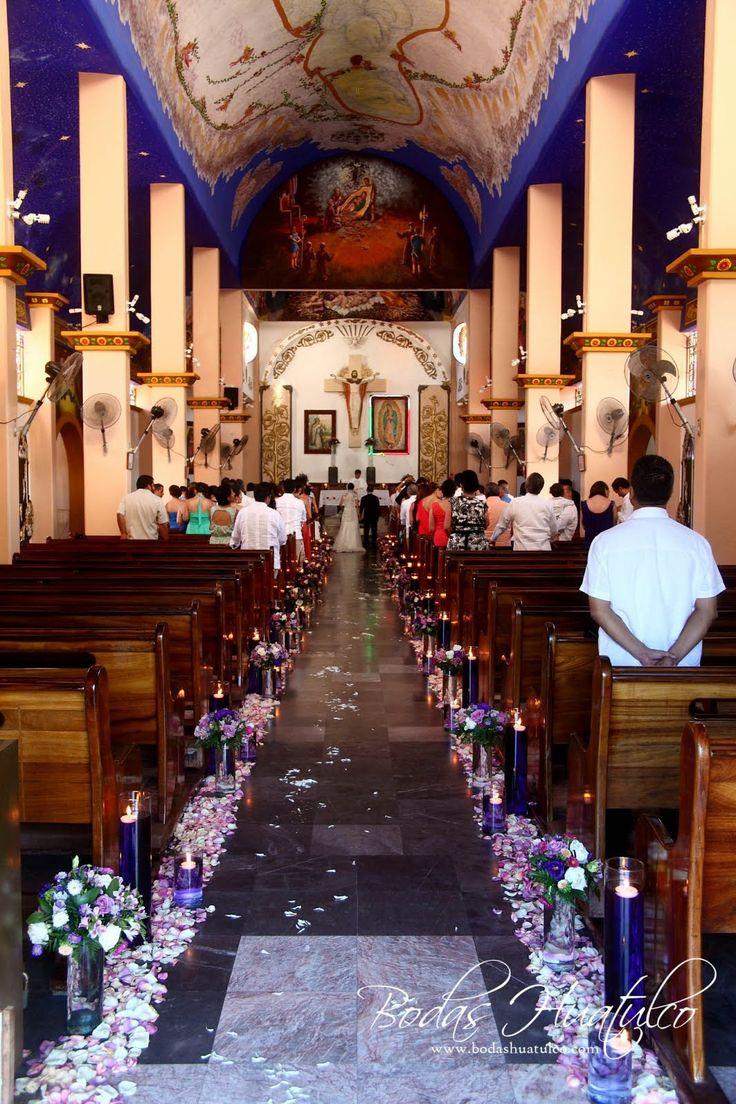 Hermosa decoración en tonos morados y lilas para tu boda en la Iglesia en Huatulco.
