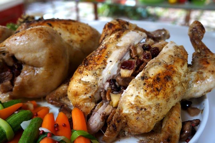 Mazi ta fagame: Κοτόπουλο γεμιστό με ξερά φρούτα και κάστανα