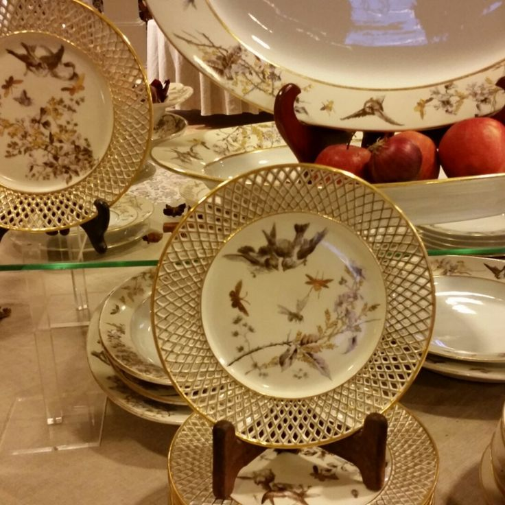 Having a touch of antique gold on your dinner table, makes you feel so rich!