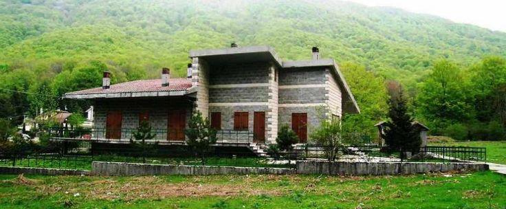 Località turistico/sciistica del Laceno (AV) proponiamo villetta singola, da ristrutturare, composta da salone, cucina, tre camere e tre bagni. Ampi spazi esterni e giardino.