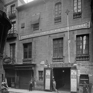 Teatre Romea. Se construyó en el año 1863, ocupando el lugar donde estaba el convento de San Agustín, con el nombre de Teatre Català, ya que su objetivo era el de acercarse a las clases populares y pequeña burguesía.