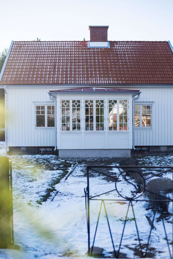VACKER JUL I TRÄVILLAN | I den vita trävillan vid havet skapar Anna julstämning med massor av stearinljus och blommor. Men glädje, god mat och gemenskap är det som betyder allra mest i juletid. Familjen Wahlstam lever ett liv på landsbygden utanför Kalmar i ett vackert 1940-talshus. Här är det lugnt och stillsamt. Havet ligger inpå knuten och Anna njuter av att gå långa promenader längs stranden.