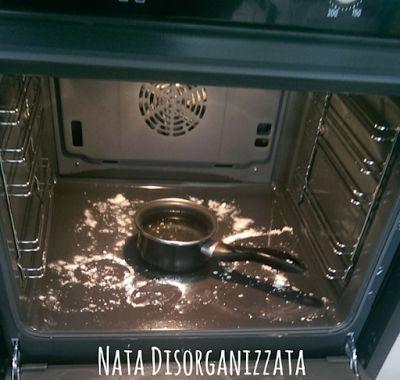 Usare il vapore per sciogliere lo sporco prima di pulire il forno
