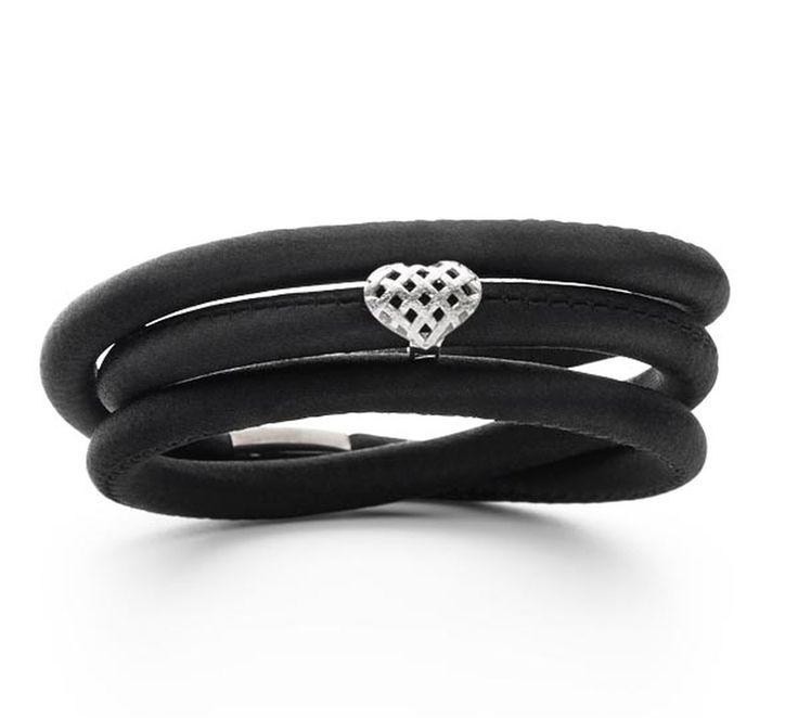 STORY armbånd udført i sort silke med en yndig hjertelås. Hjertet har et cool design med små flettede ruder.