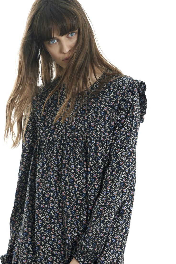 """<p><strong>La robe Loulou se caractérise par sa coupe évasée et sa légèreté. Ni trop courte, ni trop longue, elle s'adapte facilement à tous les styles. Définitivement romantique, elle est à décliner avec votre paire <span style=""""color: #000000;""""><a href=""""https://www.balzac-paris.fr/escarpins-amelia-pourpres.html"""" target=""""_blank..."""
