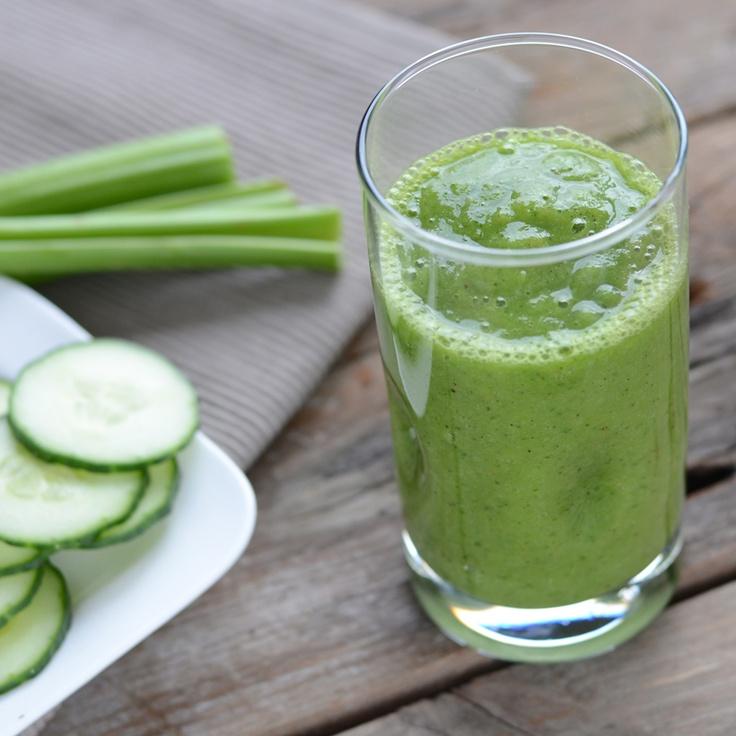 Halve komkommer 3 stengels bleekselderij 2 grote handen spinazie 2 kiwi's halve mango 1 banaan