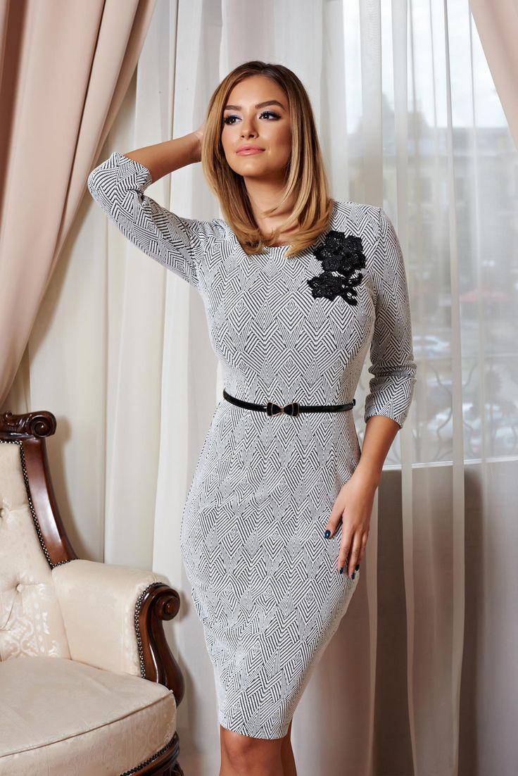 Rochie StarShinerS Beauty Of Style Black. Rochie tip creion, pana la genunchi, din material tricotat, cu aplicatie brodata florala. Este accesorizata cu o curea si se inchide cu fermoar la spate.