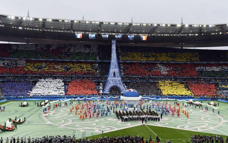 """10 JUIN 2016........OUVERTURE """" EURO 2016 """".........STADE DE FRANCE.......MATCH DE FOOTBALL FRANCE - ROUMANIE........SOURCE MÉTRONEWS.FR.............Le Championnat d'Europe UEFA de football masculin 2016, communément abrégé en Euro 2016, est la quinzième édition du Championnat d'Europe de football, compétition organisée par l'Union des associations européennes de football et rassemblant les meilleures équipes masculines européennes. Il se déroulera en France du 10 juin au 10 juillet…"""