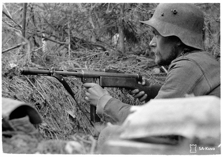 A Finnish soldier with a KP-31 submachine gun with a box magazine (instead of its iconic drum magazine). The Finns' use of the KP-31 inspired the Soviet Union to revive its submachine gun development, resulting in the PPSh-41 Shpagin and other submachine gun designs. Pin by Paolo Marzioli