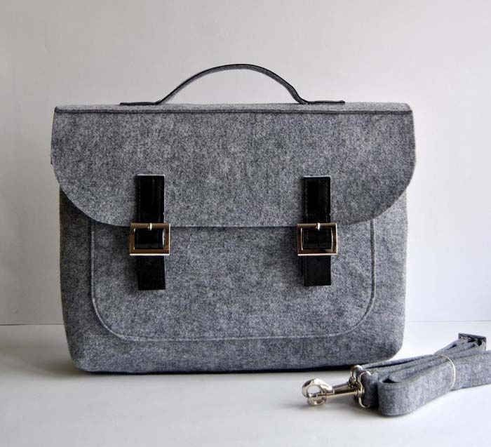 A chic and sophisticated felt and leather laptop bag from kmBaggies via etsy. #bridesmaidgifts