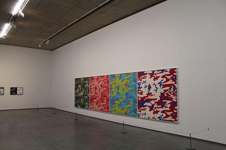 Obras de Andy Warhol (Pittsburgh, PA, USA, 06/08/1928 - 22/02/1987, Nova York, NY, USA), exibidos no Centro de Artes Metropolitano em Belfast, Irlanda do Norte, Reino Unido, em 2013. Fotografia: Ardfern.