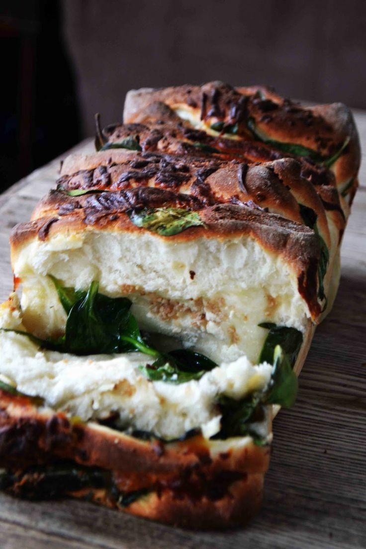 Mmm... pull-apart bread stuffed with yummy Mediterranean goodness! // Bakeaholic Mama: Spinach Feta Pull Apart Garlic Bread #greek #recipes