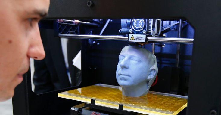 """As impressoras 3D são, basicamente, """"fábricas de objetos"""". Elas têm funcionamento parecido com o de uma impressora convencional: é necessário um arquivo de desenho 3D e um """"cartucho"""", geralmente com plástico, para a confecção da peça desejada (clique em """"MAIS"""" para ver como funcionam). Ainda pouco acessíveis no Brasil, as impressoras 3D permitem, por exemplo, que o próprio usuário produza acessórios, ferramentas e até sapatos. Veja a seguir objetos feitos com essa tecnologia"""