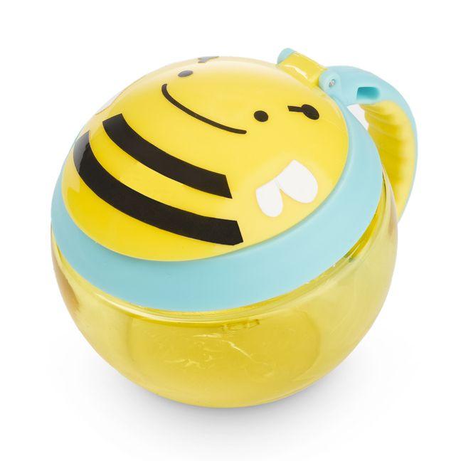 Główną zaletą kubeczka marki Skip Hop jest magiczna przykrywka, która została zaprojektowana w taki sposób, by Dziecko mogło samodzielnie wyciągnąć z kubeczka smaczne przekąski bez rozsypywania wszystkiego wokół! By zdobyć przysmak Maluch musi włożyć rączkę do kubeczka, schwycić go paluszkami i delikatnie wyciągnąć.