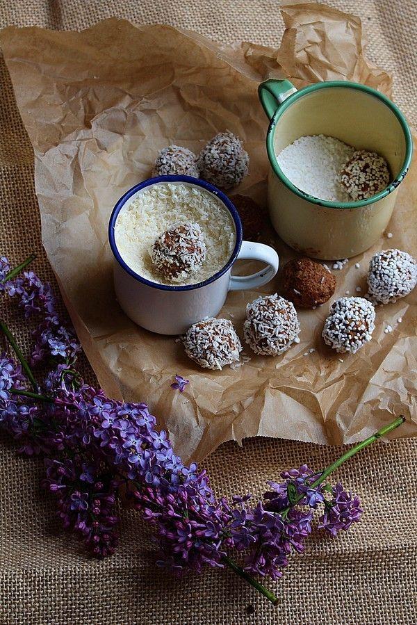 Här har vi ett enkelt recept på havrebollar. Det är bara att vispa ihop alla ingredinser med en elvisp, rulla bollar o sen rulla i kokos eller pärlsocker. Havrebollarna smakar som morotskaka. Det är kanel, kardemumma,rivna morötter och vanilj i bollarna precis som man tillsätter när man ska baka morotskaka. Äntligen blommar [...]