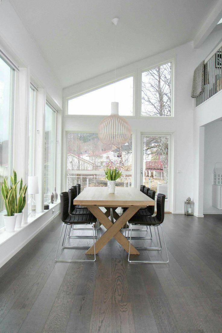 Spiseplass og store vinduer