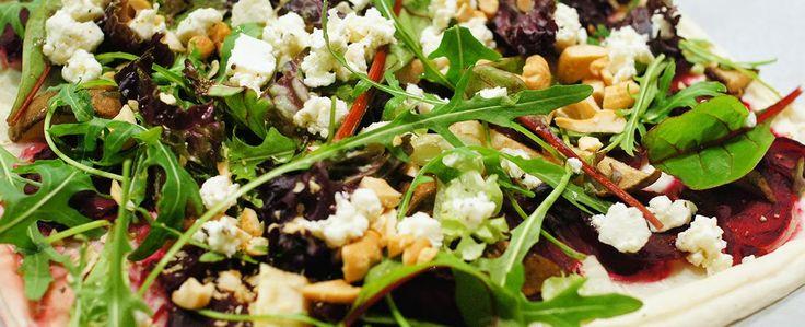 Gewoon wat een studentje 's avonds eet: Vega: Plaatpizza met ricotta, rode bietjes, peer, slamelange, cashewnoten, feta en balsamicosiroop