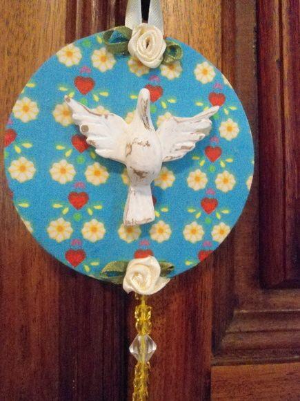 Mandala de Divino Espírito Santo, trabalhada com tecido de algodão, peças de  bijuteria, fita de cetim e flores de tecido.  Divino de resina em pátina provençal. Base de papelão.  diâmetro: 9,00 cm R$ 18,00