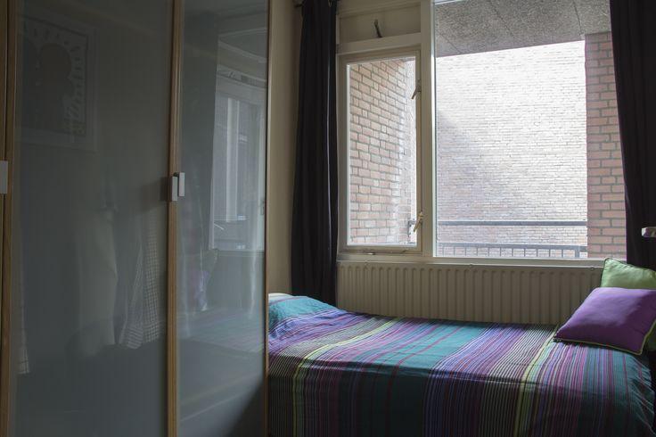 Slaapkamer | Ruim appartement gelegen op de 2e, 3e en 4e verdieping. Gelegen in een autovrije straat in het centrum van Maastricht op slechts 100 meter van de gezellige binnenhaven 't Bassin. Het appartement heeft een woonoppervlakte van ca. 85 m². Voor meer informatie kijk op www.rendersmakelaars.nl
