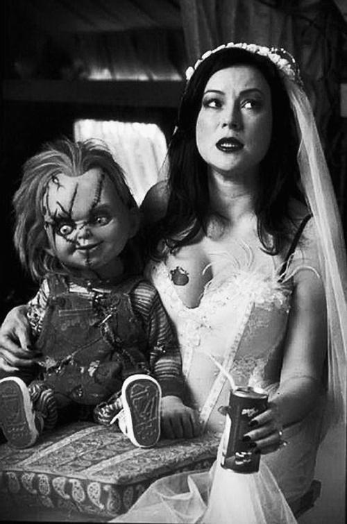 Jennifer Tilly tomándose un refresco al lado de su gran amigo Chucky. La que le espera.