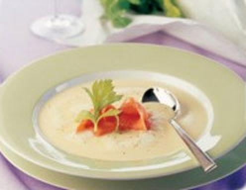 Für die Kartoffel-Cremesuppe mit Räucherlachs die Kartoffeln klein schneiden, mit der geschnittenen Zwiebel und Sellerie in der Margarine kurz