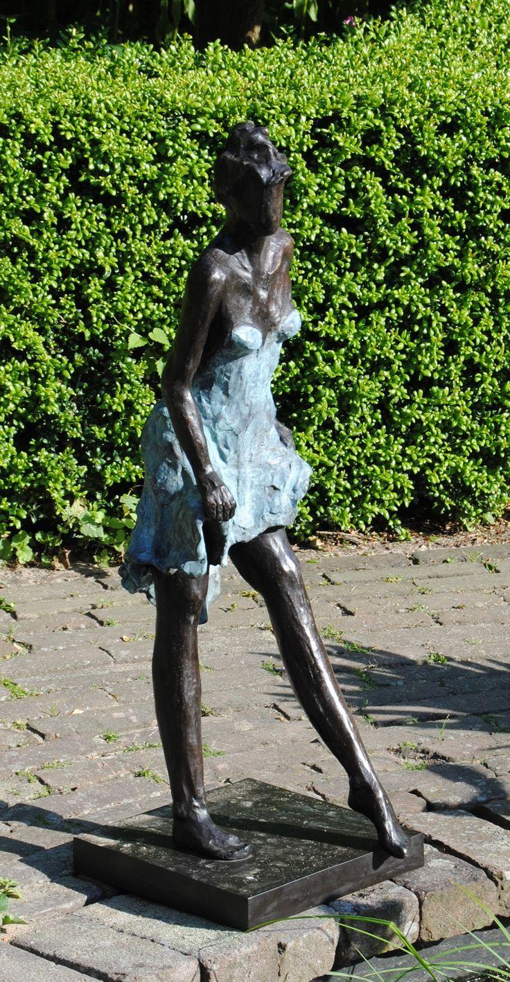 Bronzen beeld voor de tuin bronzen tuinbeeld beeld in de tuin bronzen sculpturen in moderne - Outs zwembad in de tuin ...