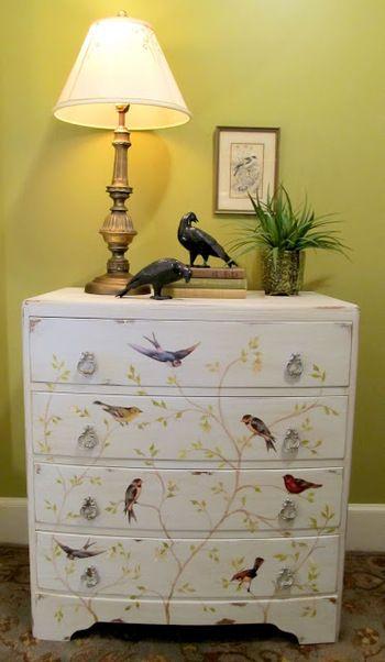 ■Bow Front Bird Chest 大きな家具にデコパージュすれば、インテリアの世界観をより自分らしく表現できます。 デコパージュとペイントのコラボレーションが素敵な小鳥のチェストです。  【材料】 ・チェスト ・好きな絵 ・絵の具と筆 ・はさみ ・モッドポッジ