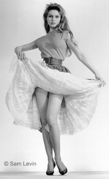 Son enfance  Brigitte Bardot naît à Paris le 28 septembre 1934. Issue d'un milieu bourgeois, elle reçoit une éducation stricte aux côtés de sa sœur Marie-Jeanne. Très jeune, elle se passionne pour la danse classique et fait ses premiers pas, à 7 ans, au cours Bourgat. En 1949, elle entrera d'ailleurs au Conservatoire de Paris et y obtiendra un premier accessit.    En 1949, à l'âge de 15 ans, elle est engagée par la directrice de ELLE. Brigitte est alors promue « mascotte » du magazine…
