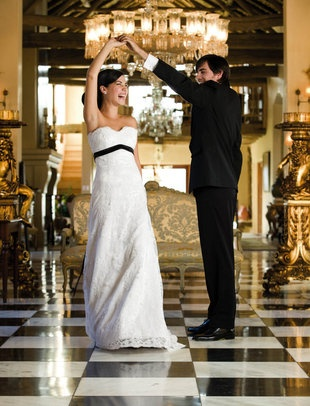 Kies jou musiek reg vir jou troue om die perfekte atmosfeer te skep | SARIE BRUID | Choose the right music at your wedding to create the perfect atmosphere #music #wedding #dance Photo: Dawie Verwey