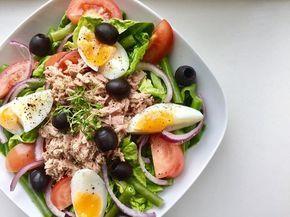 Ben jij op zoek naar een lekker, gezond en snel recept voor de makkelijke maandag? Ga dan voor deze salade nicoise! Salade nicoise (1 persoon) Wat heb je nodig: 1 krop romaine sla 1/4 rode ui, in halve ringen 50 gr sperziebonen, gekookt 1 tomaat, in vieren 1/2 blikje tonijn op water, uitgelekt 1 ei, zacht gekookt 1 el zwarte olijven 2 el olijfolie 1 el citroensap peper en zout Hoe maak je het: Verdeel desla met de groenten, tonijn en ei over een bord. Maak een dressing van de olie ...