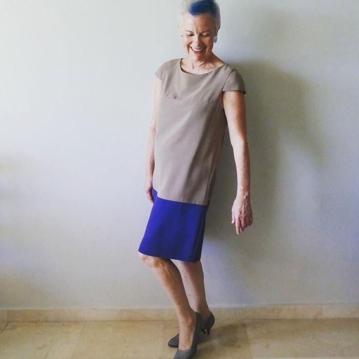 """Hoy en el blog """"Esta casa es una ruina"""" #canaskilosyestilo #canas #kilos #estilo #mudanzas #cosas #diogenes #blogdemoda #moda #mayoresde50 #gray #style #styleover50 #fashionover50 #fashionblogger #fashion #fashionblog #over50andfabulous #dress #vestido #benetton #move #ootd #lookoftheday #lookdeldia #fashionista"""