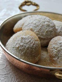 Damla sakızlı kurabiyeler Çeşme Alaçatı ile özdeşleşmiştir. Bu tarif de oradaki bir kafenin aşçısından alınmış. Un kurabiyesi kıvamında,